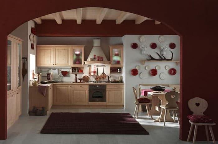 cucina-in-legno-classica-con-elementi-rossi
