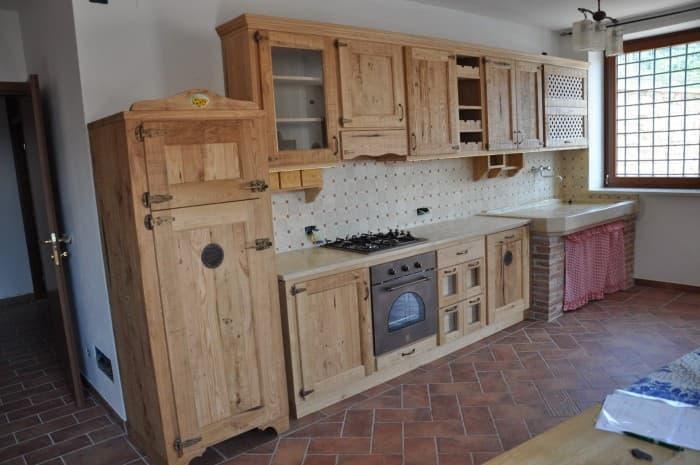cucina-in-legno-classica-con-ripiano-chiaro-e-ampio-lavello
