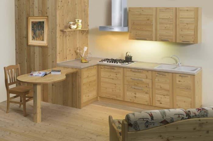 cucina-in-legno-moderna-con-tavola-sospesa