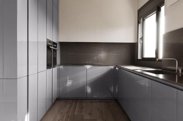 cucina-moderna-colore-azzurro-pavimento-in-legno
