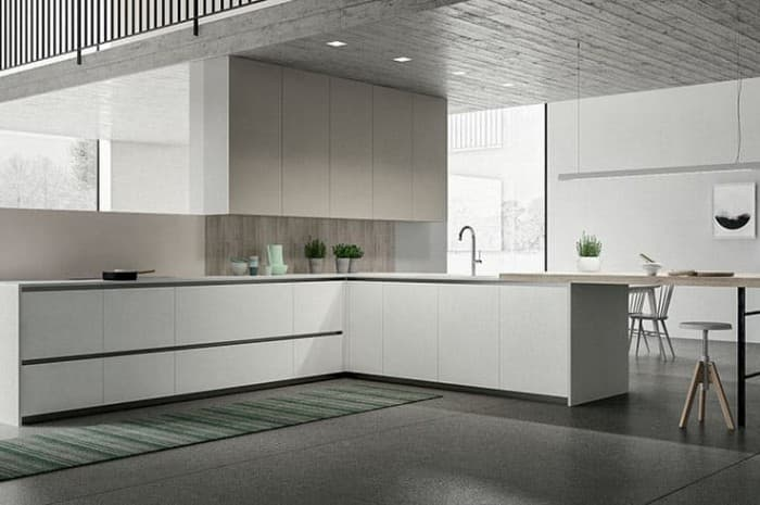 cucina-moderna-colore-beige-con-ampio-piano-cottura