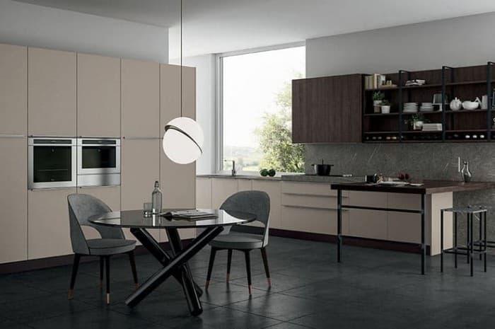 cucina-moderna-colore-beige-e-ripiano-scuro