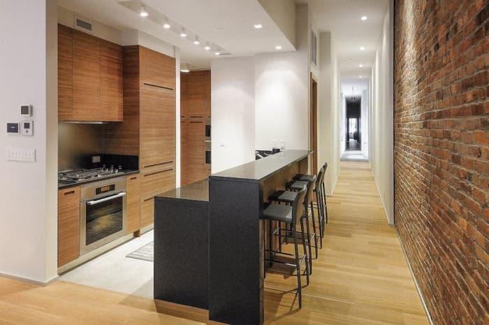 cucina-moderna-colore-marrone-con-muro-e-corridoio