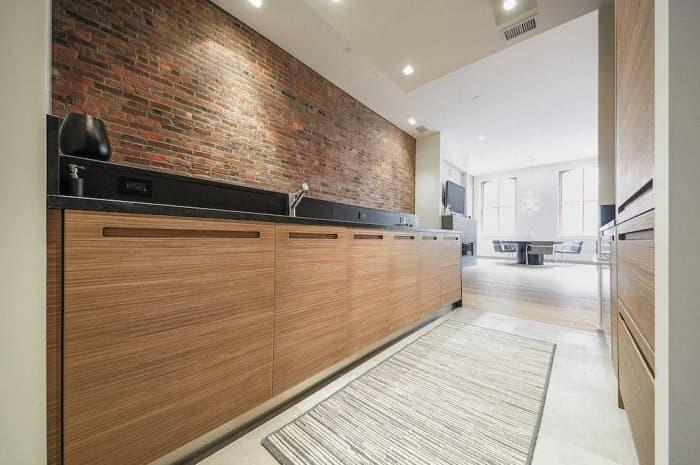 cucina-moderna-colore-marrone-con-muro-e-corridoio2
