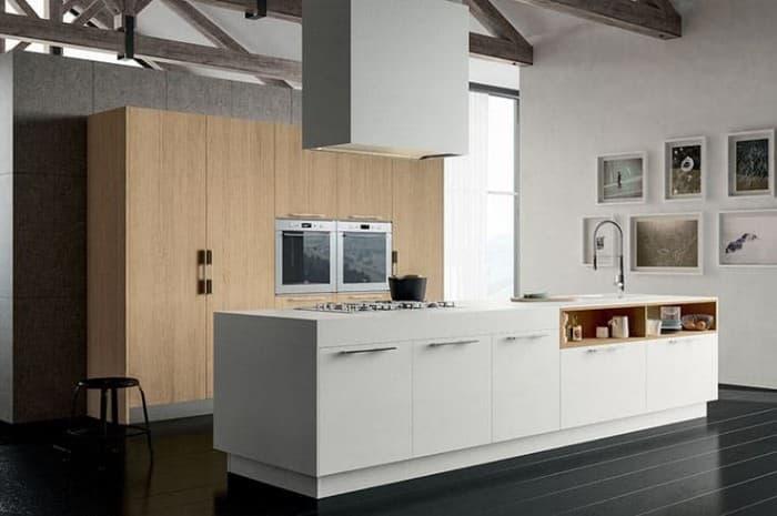 cucina-moderna-con-piano-cottura-a-isola-e-cappa-sospesa
