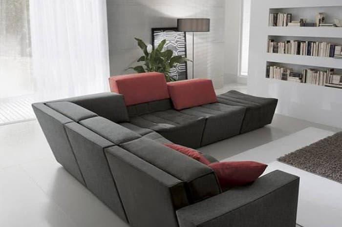 divano-moderno-colore-girigio-scuso-con-elementi-rossi