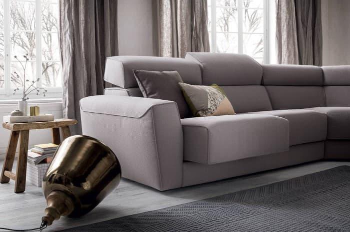 divano-moderno-color-grigio-chiaro-regolabile