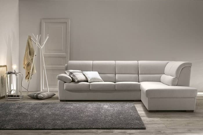 divano-moderno-grigio-chiaro