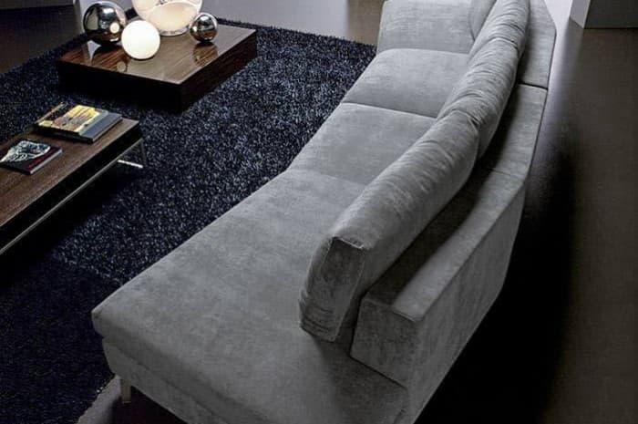 divano-moderno-grigio-chiaro-curvo