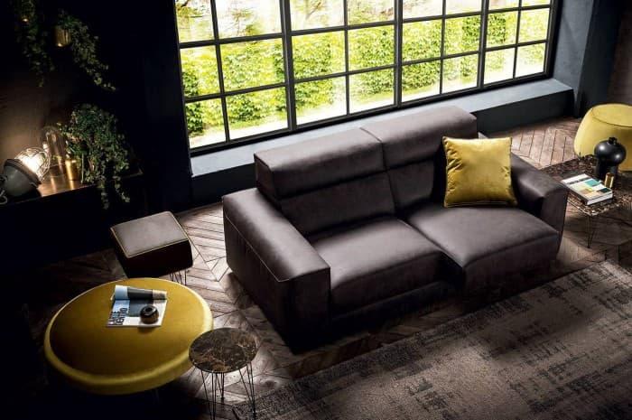 divano-in-pelle-moderno-colore-marron-scuso