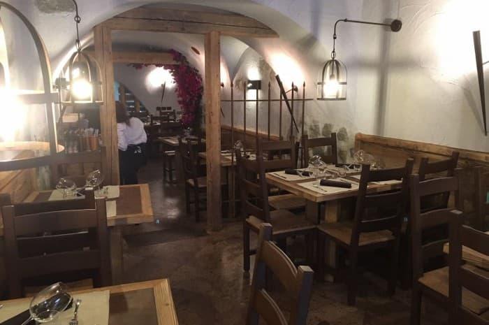 locale-con-tavoli-e-in-legno-spazzolato