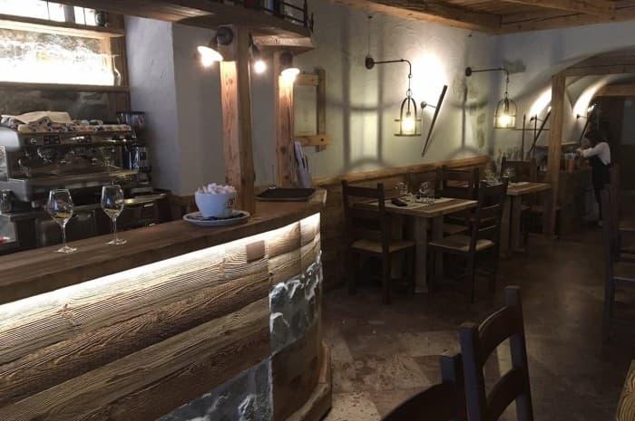 locale-con-tavoli-e-in-legno-spazzolato3