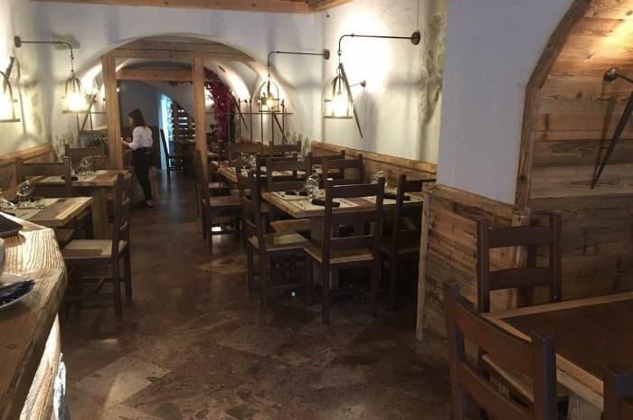 locale-con-tavoli-e-in-legno-spazzolato2