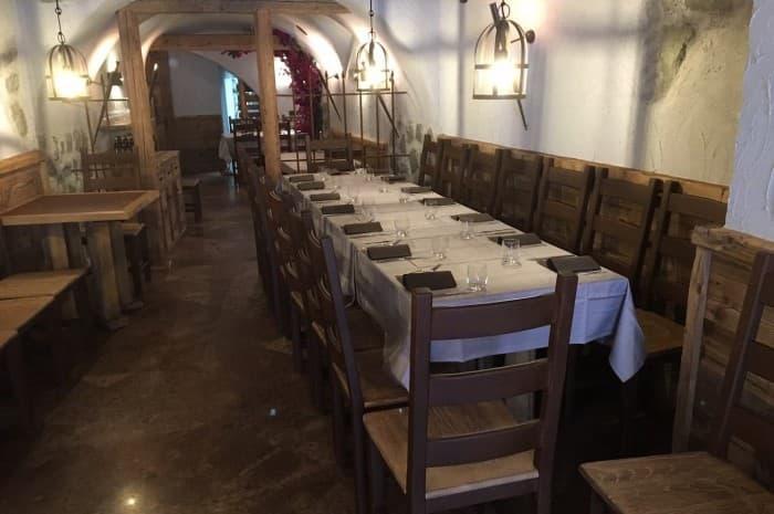 locale-con-tavoli-e-in-legno-spazzolato4