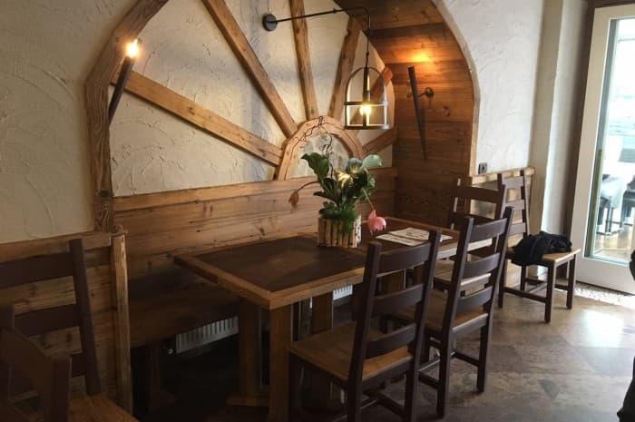 locale-con-tavoli-e-in-legno-spazzolato5