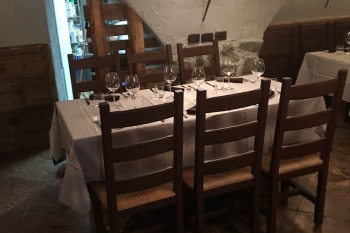 locale-con-tavoli-e-in-legno-spazzolato6