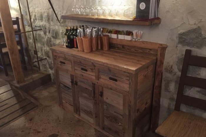mobile-in-legno-spazzolato-all-interno-di-un-locale