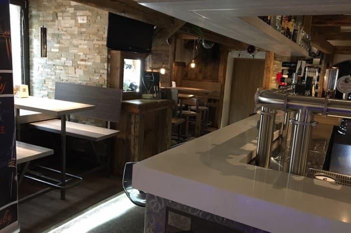 pub-con-tavoli-e-elementi-d-arredo-in-legno-spazzolato