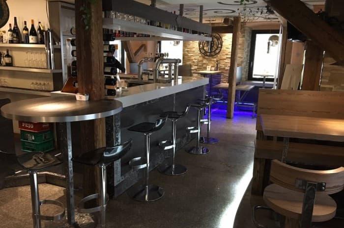pub-con-tavoli-e-elementi-d-arredo-in-legno-spazzolato3
