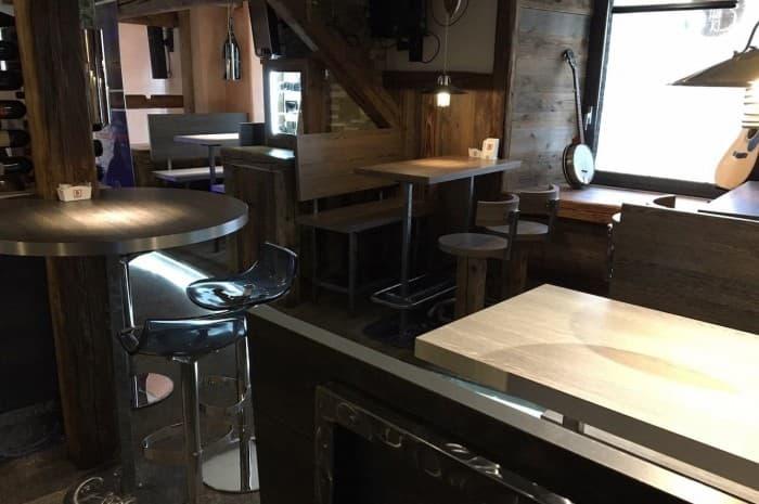 pub-con-tavoli-e-elementi-d-arredo-in-legno-spazzolato2