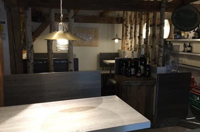 pub-con-tavoli-e-elementi-d-arredo-in-legno-spazzolato4