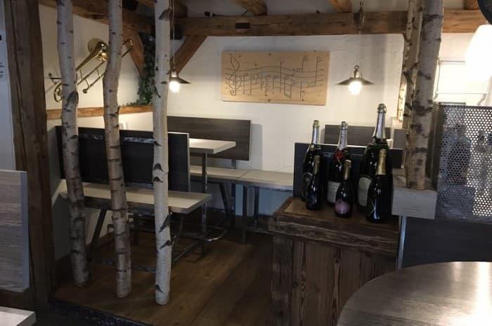 pub-con-tavoli-e-elementi-d-arredo-in-legno-spazzolato5