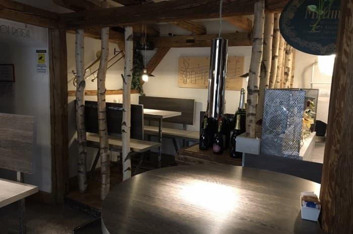 pub-con-tavoli-e-elementi-d-arredo-in-legno-spazzolato6