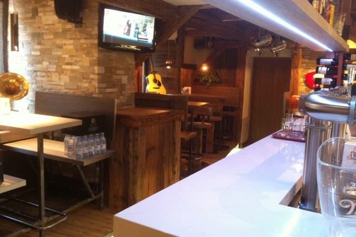 pub-con-tavoli-e-elementi-d-arredo-in-legno-spazzolato7