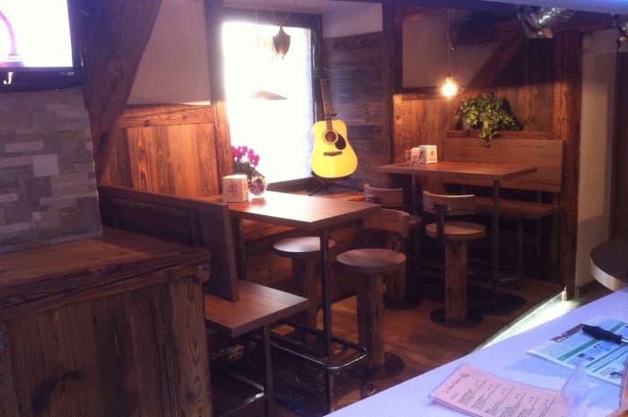 pub-con-tavoli-e-elementi-d-arredo-in-legno-spazzolato8