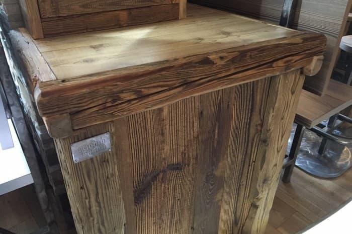 pub-con-tavoli-e-elementi-d-arredo-in-legno-spazzolato-dettaglio