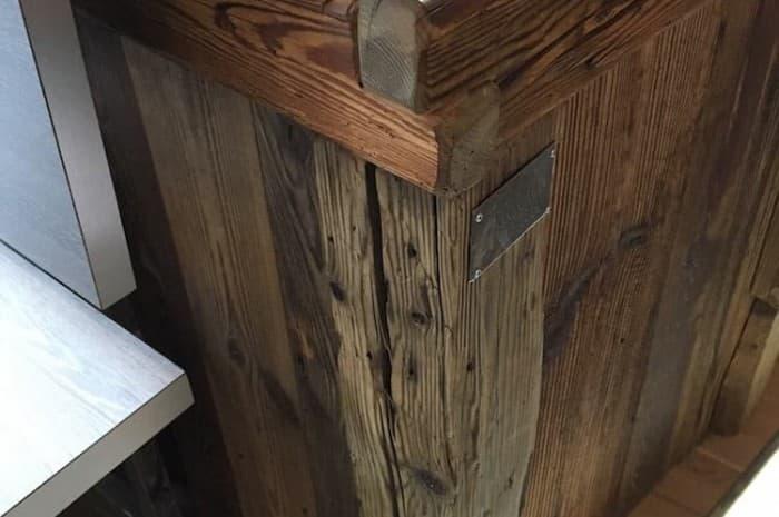 pub-con-tavoli-e-elementi-d-arredo-in-legno-spazzolato-dettaglio2