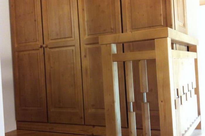 ripiano-con-scala-e-armadio-in-legno