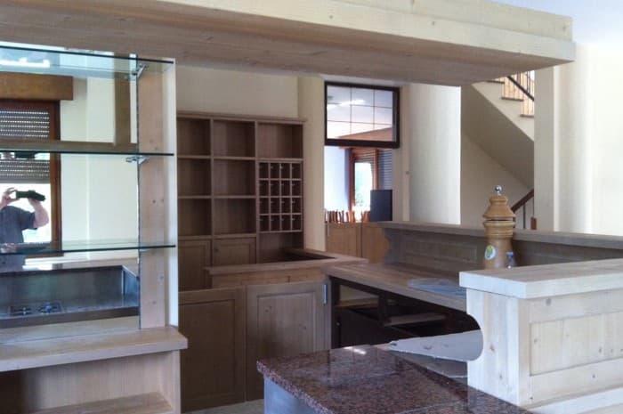 zona-bar-hotel-con-mobilia-in-legno