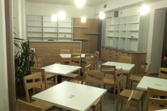 bar-con-mobilita-e-tavoli-in-legno