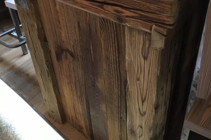 dettaglio-di-mobile-in-legno-antico-espazzolato