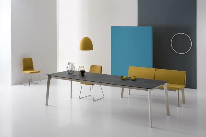 tavola-moderna-allungabile-con-sedie-in-soffa