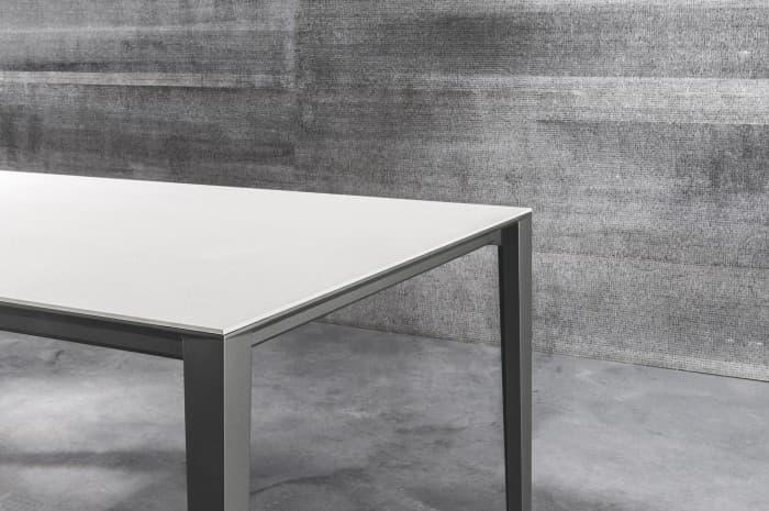 tavolo-moderno-piano-bianco-e-gambe-scure