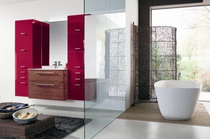bagno-moderno-con-vetrata-ed-elementi-rossi