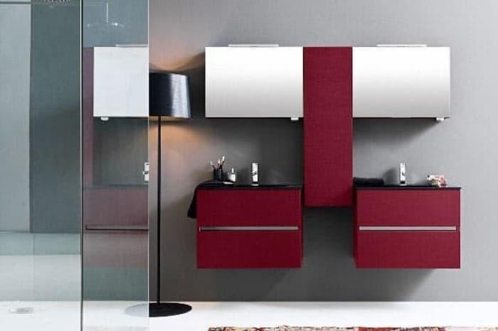 bagno-moderno-vetrata-doccia-ed-elementi-rossi
