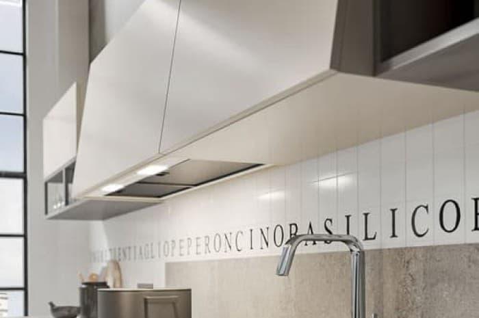 cucina-moderna-in-legno-e-piano-di-colore-chiaro
