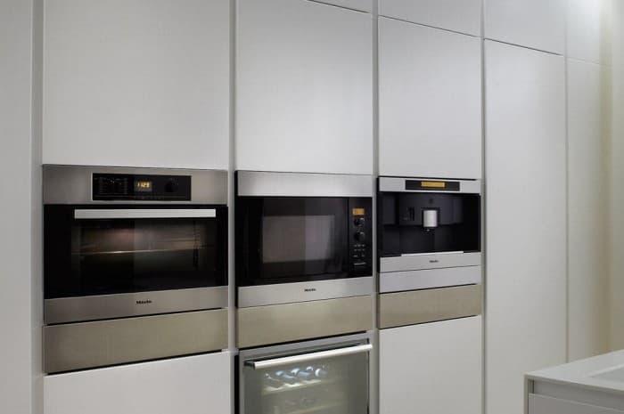 cucina-moderna-tinta-chiara-forni