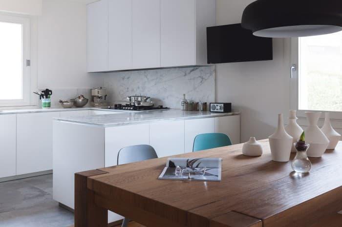 cucina-moderna-tinta-chiara-piano-chiaro