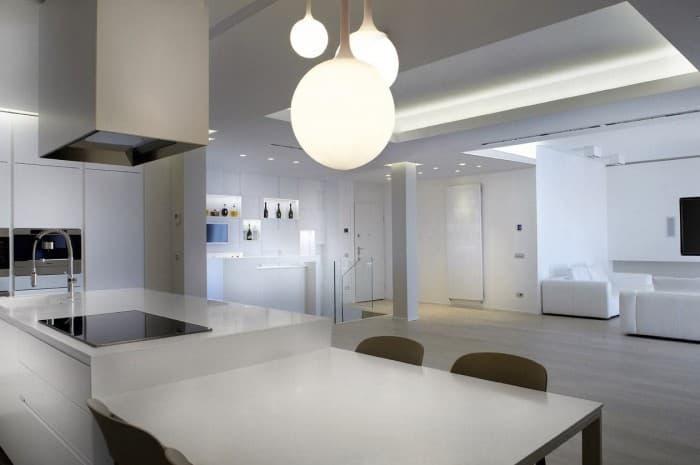 cucina-moderna-tinta-chiara-piano-cottura-centrale-con-cappa