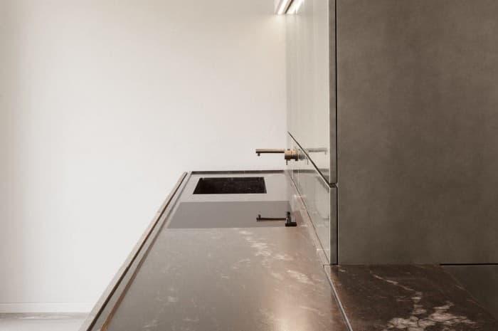 cucina-moderna-tinta-marrone-piano-e-lavello