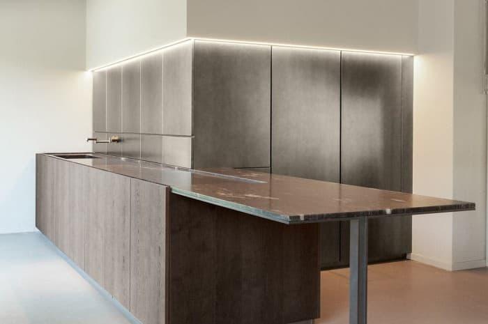 cucina-moderna-tinta-marrone-piano-e-lavello2