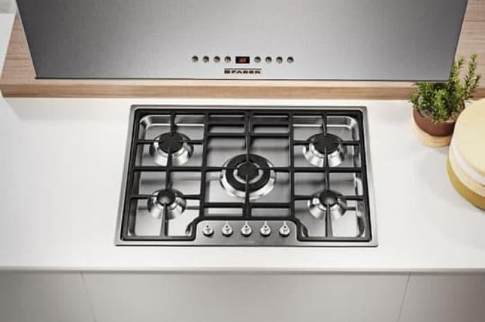 piano-cottura-cucina-moderna-bianca