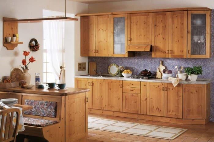 cucina-in-legno-classica-con-piano-chiaro-e-panca