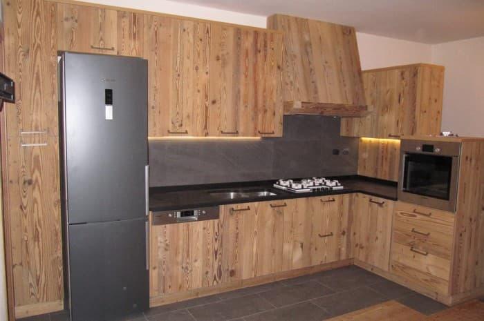 cucina-in-legno-classica-con-piano-nero